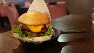 三峽美食-Caelus cafe bistro-三峽大同牙醫植牙患者推薦-豪華漢堡